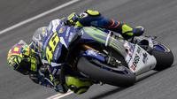 Pebalap MotoGP dari tim Yamaha Movistar, Valentino Rossi, tampil pada GP Austria di Spielberg, Austria, Jumat (12/8/2016). (AFP/Joe Klamar)