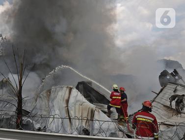 Kebakaran Gudang Alat Pesta di Cinangka Depok
