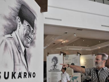 Pengunjung membaca salah satu surat karya Sukarno atau Bung Karno saat mengunjungi pameran Surat Pendiri Bangsa di Museum Nasional, Jakarta, Kamis (15/11). Pemeran ini menampilkan surat-surat karya delapan tokoh pendiri bangsa. (Merdeka.com/Iqbal Nugroho)