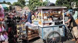 Sejumlah pedagang kaki lima (PKL) memadati trotoar dan badan jalan kawasan Kota Tua, Jakarta, Kamis (27/12). Banyaknya PKL mengakibatkan Lokasi Binaan (Lokbin) yang berada di Jalan Cengkeh sepi pengunjung. (Liputan6.com/Faizal Fanani)