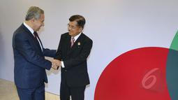 Wapres Jusuf Kalla (kanan) menyambut Wakil PM Turki, Bulent Arinc (kiri) dalam pertemuan Bilateral Konferensi Tingkat Tinggi (KTT) Asia Afrika 2015 di Jakarta Convention Center, Kamis (23/4/2015). (Liputan6.com/Herman Zakharia)