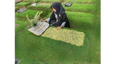 5 Momen Haru Seleb Saat Ziarah Ke Makam Keluarga Jelang Ramadhan