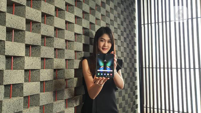 Seorang model memegang Samsung Galaxy Fold. Liputan6.com/Agustin Setyo W.