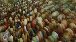Ribuan jemaah saat melaksanakan ibadah Salat Jumat di Masjid Istiqlal, Jakarta, Jumat (10/6). Umat muslim memadati masjid Istiqlal menunaikan shalat Jumat pertama di bulan Ramadan 1437 H. (Liputan6.com/Gempur M Surya)
