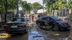 Mobil-mobil yang rusak akibat banjir yang dipicu Topan Vamco terlihat di Manila, Filipina (13/11/2020). Pemerintah Filipina pada Jumat (13/11) mengatakan Topan Vamco, yang memicu banjir besar dan tanah longsor di Luzon, pulau utama negara itu, menelan sedikitnya 14 korban jiwa. (Xinhua/Rouelle Umali