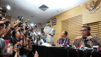 Johan Budi (kanan) menyimak pertanyaan wartawan saat menggelar konferensi pers terkait Operasi Tangkap Tangan (OTT) anggota DPR RI dari Partai Hanura, Dewie Yasin Limpo di Gedung KPK, Jakarta, Rabu (21/10/2015). (Liputan6.com/Helmi Afandi)