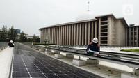 Teknisi sedang melakukan pemeriksaan instalasi panel surya di Masjid Istiqlal, Jakarta, Kamis (3/9/2020). Penggunaan listrik dengan tenaga surya ini sebagai upaya pemerintah mendukung penggunaan energi yang ramah lingkungan, efektif dan efesian. (merdeka.com/Imam Buhori)