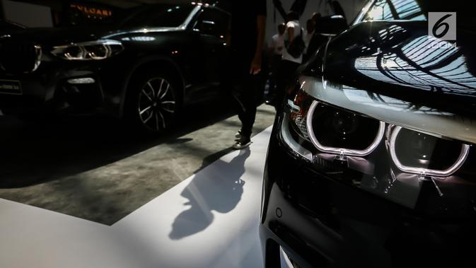 Pengunjung melihat mobil BMW selama BMW Exhibition yang berlangsung pada 15-17 Februari di Plaza Senayan, Jakarta, Jumat (15/2). Penjualan BMW tahun 2018 sedikit mengalami kenaikan dibanding pada 2017 yang mencapai 3.353 unit. (/Fery Pradolo)
