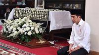Momen Jokowi kuburkan ibundanya (Sumber: Instagram/jokowi.grobogan)