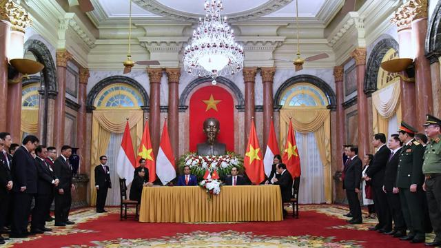 Presiden Jokowi dan Presiden Vietnam Trần Đại Quang menyaksikan penandatangan kesepakatan di Istana Kepresidenan Vietnam, Hanoi, Selasa (11/9). (Foto: BPMI)