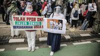 Para orang tua siswa menggelar aksi didepan gedung Balaikota, Jakarta, Selasa (23/6/2020). Mereka menuntut Gubernur DKI Jakarta Anies Baswedan menghapus prioritas usia dalam aturan Penerimaan Peserta Didik Baru (PPDB) DKI Jakarta. (Liputan6.com/Faizal Fanani)