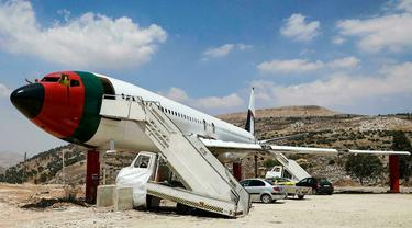 Sebuah pesawat Boeing 707 yang dinonaktifkan dari tahun 1980-an diubah menjadi The Palestinian-Jordanian Airline Restaurant and Coffee Shop Al-Sairafi Nablus. (Photo credit: Jaafar Ashtiyeh/AFP)