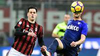 Pemain AC Milan,  Nikola Kalinic berebut bola dengan pemain Lazio, Luiz Felipe Ramos pada pertandingan pertama semifinal Coppa Italia di San Siro, Rabu (31/1). AC Milan dan Lazio hanya mampu meraih hasil imbang 0-0 di laga ini. (MIGUEL MEDINA / AFP)