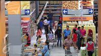 Suasana di pusat perbelanjaan di Tangerang, Banten, (16/12). Aturan pencantuman tersebut selain bagi importir atau produsen, juga diwajibkan bagi pedagang pengumpul. (Liputan6.com/Angga Yuniar)