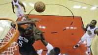 Aksi Clint Capela saat bantu Rockets kalahkan Warriors di gim kedua final wilayah barat NBA (AP)
