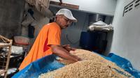 Produsen tempe di Kelurahan Tanjung Sari, Kecamatan Medan Selayang, mengeluhkan kenaikan harga kedelai di tingkat distributor sejak 2 bulan lalu