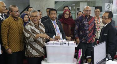 Ketua KPU RI, Arief Budiman (kedua kiri) menyerahkan alat bukti menghadapi perselisihan hasil Pilpres 2019 dan jawaban pihak KPU sebagai termohon di Gedung Mahkamah Konstitusi, Jakarta, Rabu (12/6/2019). 272 boks kontainer dari 34 provinsi diserahkan KPU ke MK. (Liputan6.com/Helmi Fithriansyah)
