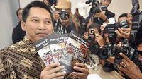Penulis Setiyardi Negara menunjukkan buku karangannya berjudul 'Hanya Fitnah dan Cari Sensasi, George Revisi Buku' , saat peluncurannya di Jakarta, Rabu (6/1).(Antara)