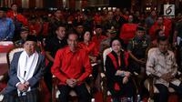 Ketua Umum PDIP Megawati Soekarnoputri bersama Presiden Joko Widodo, Wakil Presiden Jusuf Kalla dan cawapres Ma'ruf Amin potong tumpeng saat memperingati HUT ke-46 PDIP di JIExpo Kemayoran, Jakarta, Kamis (10/1). (Liputan6.com/JohanTallo)