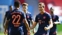 Pemain Bayern Munchen merayakan gol yang dicetak oleh Serge Gnabry ke gawang Bayer Leverkusen pada laga Bundesliga di BayArena, Sabtu (6/6/2020). Bayern Munchen menang 4-2 atas Bayer Leverkusen. (AP/Matthias Hangst)