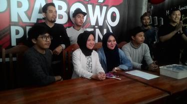Penyanyi Nissa Sibyan dalam konferensi pers di depan media di Garut