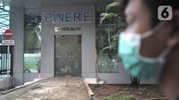 Pengunjung melintasi ruang isolasi pasien virus corona atau COVID-19 di Gedung Pinere, RSUP Persahabatan, Jakarta Timur, Rabu (4/3/2020). Saat ini RSUP Persahabatan tengah menangani 31 pasien dalam pemantauan dan pengawasan dari potensi terpapar virus corona. (merdeka.com/Iqbal Nugroho)