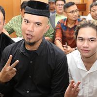 Gay musisi Ahmad Dhani saat akan menjalani sidang perdana kasus ujaran kebencian di PN Jakarta Selatan, Senin (16/4). Sidang beragendakan pembacaan dakwaan. (Liputan6.com/Immanuel Antonius)