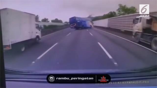 Mengerikan, rekaman kecelakaan maut bus penumpang di jalan tol.