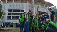 Gojek Surabaya Raya Tanam Pohon Trembesi di GBT