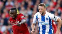 Gelandang Liverpool, Naby Keita menggiring bola dari kejaran pemain Brighton and Hove Albion, Dale Stephens pada lanjutan Liga Inggris di Anfield Stadium (25/8). Liverpool menang atas Brighton 1-0. (Martin Rickett/PA via AP)