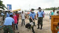 Aksi prajurit TNI AU Lanud Roesmin Nurjadin bersihkan sampah di Pasar Pagi Arengka Pekanbaru. (Liputan6.com/M Syukur)