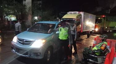 Polisi dan TNI melakukan pengetatan penyekatan dan pengawasan di sejumlah titik perbatasan sejak diberlakukannya larangan mudik lebaran 2020.