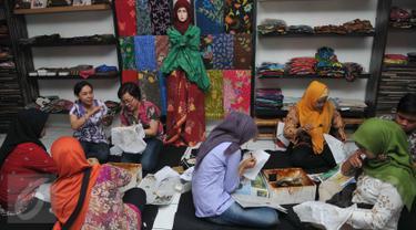 Warga membatik tulis bersama di Kampung Batik di Palbatu, Jakarta, Jumat (2/10). Kegiatan dalam rangka memperingati Hari Batik Nasional tersebut untuk memupuk rasa cinta akan batik sebagai warisan budaya asli Indonesia. (Liputan6.com/Gempur M Surya)