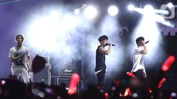Penampilan boyband Korea, iKON pada festival musik GUDFEST 2019 hari pertama di Helipad Parking Ground, Senayan, Sabtu (2/11/2019). iKon tampil energik selama 40 menit dengan membawakan lagu-lagu hits milik mereka. (Fimela.com/Bambang E. Ros)
