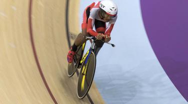 M Fadli pebalap sepeda Indonesia meraih medali emas di nomor 4000 meter Individual Pursuit C4 di Velodrome Rawamangun, Jakarta,  Jumat (11/10/2018).  (Bola.com/Peksi Cahyo)
