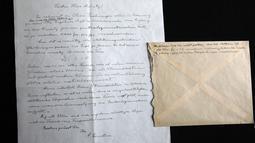 """Surat yang ditulis tangan oleh Albert Einstein mengenai rumusan """"Tahap Ketiga Teori Relativitas"""" di rumah lelang Winner, Yerusalem, Selasa (6/3). Surat itu ditulis pada salah satu 'periode paling gelisah dalam karier ilmiah Einsten'. (MENAHEM KAHANA/AFP)"""