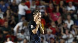 Gelandang Kroasia, Luka Modric, tampak kecewa usai ditaklukkan Spanyol pada laga UEFA Nations League di Stadion Manuel Martinez Valero, Selasa (11/9/2018). Spanyol menang 6-0 atas Kroasia. (AP/Alberto Saiz)