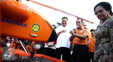 Ketum PDIP Megawati Soekarnoputri menyimak penjelasan Kepala Basarnas saat meninjau perlengkapan Basarnas di Jakarta, Rabu (24/8). (Liputan6.com/Faizal Fanani)