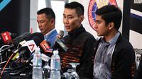 Pebulutangkis Malaysia, Lee Chong Wei (tengah) mengumumkan pensiun melalui konferensi pers di Putrajaya, Kamis (13/6/2019). Setelah berkarier selama 19 tahun di dunia bulu tangkis, Lee Chong Wei akhirnya memutuskan untuk menggantung raket alias pensiun. (Mohd RASFAN / AFP)