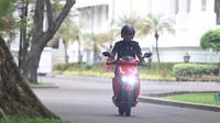 Presiden Joko Widodo (Jokowi) menjajal sepeda motor listrik Gesits di Istana Merdeka, Jakarta, Rabu (7/11). Motor listrik ini merupakan hasil kerja sama Garansindo dengan Institut Teknologi Sepuluh Nopember (ITS). (Liputan6.com/Angga Yuniar)