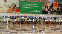 Pintu imigrasi di Terminal 2 bandara Changi, Singapura, akan mengecek kartu imigrasi dan paspor sebelum keluar terminal. (Bola.com/Reza Khomaini)