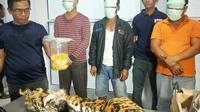 Tersangka pemburu dan penjual kulit harimau sumatra yang ditangkap petugas Gakkum KLHK Sumatra. (Liputan6.com/M Syukur)