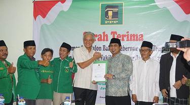 Penyerahkan surat rekomendasi kepada Ganjar Pranowo dan Taj Yasin Maemoen di Kantor DPW PPP Jateng, Senin (8/1) malam. (Istimewa)