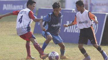 Sejumlah anak mengikuti tes fisik program Allianz Explorer Camp 2019 di Lapangan PSPT Tebet, Jakarta, Sabtu (22/6). Nantinya akan ada pemenang yang diberangkatkan ke Singapura dan Munchen. (Bola.com/Vitalis Yogi Trisna)