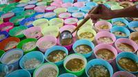 Sejumlah mangkuk berisi Bubur India yang akan disajikan untuk hidangan berbuka puasa, di Masjid Jami Pekojan Semarang, 9 Juni 2016. Bubur India merupakan tradisi saat Ramadan yang masih lestari di Masjid in sejak 80 tahun silam. (Liputan6.com/Gholib)