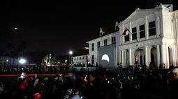 Suasana saat warga menyaksikan gerhana bulan total di Kota Tua Jakarta, Rabu (31/1). Pengelola Kota Tua menyediakan layar lebar untuk melihat fenomena super blue blood moon. (Liputan6.com/Arya Manggala)