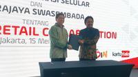 Penandatanganan MoU kerja sama paket bundling Telkomsel dan Erajaya Group oleh Direktur Sales Telkomsel Sukardi Silalahi (kanan) dan CEO Erajaya Group Hasan Aula, Selasa (15/5/2018). Liputan6.com/ Agustin Setyo Wardani