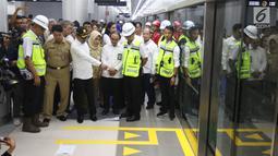 Menteri Ketenagakerjaan (Menaker ) Hanif Dhakiri didampingi Direktur Utama PT MRT William Sabandar meninjau pengoperasian MRT (Mass Rapid Transit) dari Stasiun Bundaran HI, Jakarta, Senin (25/2). (Liputan6.com/Angga Yuniar)