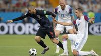 Gelandang Kroasia, Mateo Kovacic, berusaha melewati gelandang Islandia, Gylfi Sigurdsson, pada laga grup D Piala Dunia di Rostov Arena, Rostov-on-Don, Selasa (26/6/2018). Kroasia menang 2-1 atas Islandia. (AP/Vadim Ghirda)