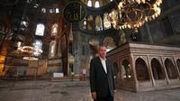 Presiden Turki, Tayyip Erdogan mengunjungi Hagia Sophia di Istanbul, Minggu (19/7/2020). Erdogan melakukan kunjungan mendadak ke bangunan kuno tersebut beberapa hari sebelum diselenggarakannya salat pertama usai Hagia Sofia diubah menjadi Masjid. (HO/TURKISH PRESIDENTIAL PRESS SERVICE/AFP)